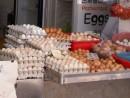店頭に並ぶ鶏卵―本紙撮影