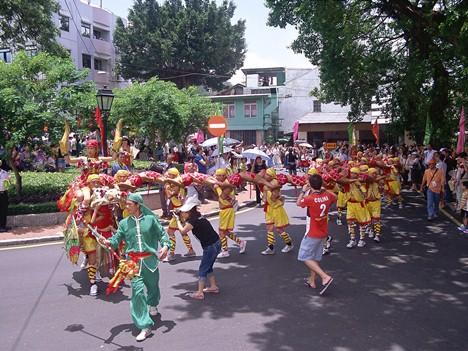 コロアンヴィレッジを練り歩く潭公祭のパレード(写真:MGTO)