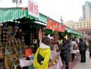 旧暦年末恒例、塔石広場で開催される「花市」―本紙撮影