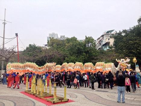 新春恒例、長さ238mの「金龍」舞う