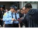 スリに対する警戒を呼びかける警察官 (c) 治安警察局