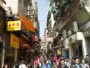 中国本土からの観光客で賑わう土産物店が並ぶストリート=マカオ・大三巴街(イメージ)—本紙撮影