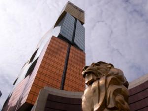 シンボルのライオン像とホテル外観