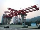 空港前のロータリー部に設置された架橋用重機(運輸基建辦公室)