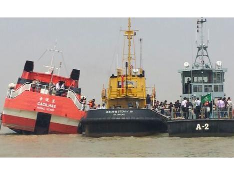 高速船がマカオの防波堤に衝突、70人負傷
