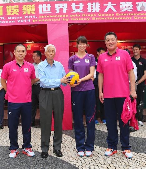 大会組織委員会に記念サインボールを手渡す木村沙織選手(写真:MSDB)
