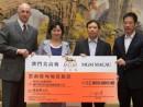 MGMマカオが雲南地震被災地支援のため200万パタカの寄付を行った。パンジー・ホー氏は写真中央左(写真:MGM Macau)