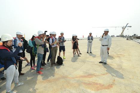 西人工島を訪れたマカオメディア(写真:新聞局、9月24日撮影)