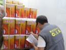 問題となった食用油の在庫を調査する民政総署食品安全センター職員(写真:民政總署)