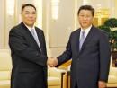 習近平中国国家主席(右)と握手する崔世安マカオ行政長官(左)=2014年9月23日、北京(写真:新聞局)