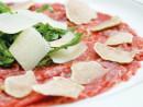 白トリュフを載せた牛のカルパッチョ「Beef Carpaccio served with crispy fried garlic and shallots, micro Greens, beef jelly and truffle mayonnaise.」(写真:MGM Macau)