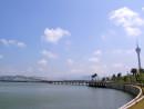マカオ半島とタイパ島を結んだ最初の橋、カルヴァーリョ総督大橋が2014年10月に開通40周年を迎えた=マカオ半島新口岸のウィンマカオ前からタイパ島方面を望む—本紙撮影
