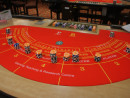 カジノチップとバカラのゲーミングテーブル(資料)—本紙撮影