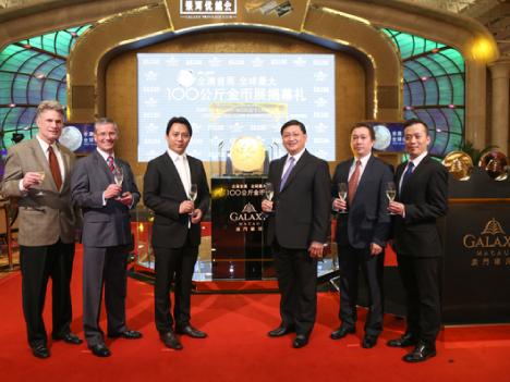 ギャラクシーマカオ、世界最大の金貨を展示—マカオ初