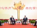 中国・全国人民代表大会常務委員会の張徳江委員長(右)とマカオ特別行政区の崔世安行政長官(左)=12月8日、中国・北京市(写真:GCS)