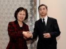 ホテルオークラマカオで開催された天皇誕生日レセプション。野田仁駐香港日本国総領事(右)、マカオ行政法務庁陳麗敏長官(左)=12月10日、マカオ(写真:GCS)