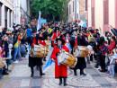マカオ歴史的市街地区を行進するパレード参加者=12月14日、マカオ・ラザロ地区(写真:GCS)