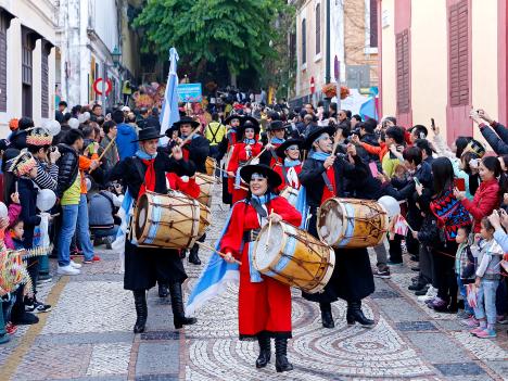 ラテンパレードに観衆8万人=マカオ返還15周年記念イベント