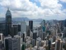 手前が香港島のビジネス街、ビクトリアハーバーを隔てた先にあるのが九龍半島(資料)—本紙撮影