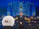 メルコ・クラウン・エンターテイメント社のローレンス・ホー共同会長兼CEO。背景は「スタジオシティマカオ」の完成予想イメージ=1月12日(写真:Melco Crown Entertainment Limited)