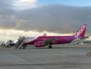 関西国際空港に駐機中のピーチ航空機(資料)—本紙撮影