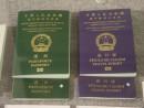 左が多くの国や地域にビザなしで渡航可能なマカオ特区パスポート(資料)=マカオ基本法記念館にて本紙撮影