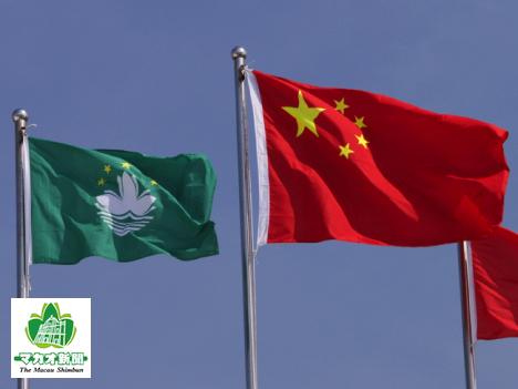 中国国旗とマカオ特別行政区旗(写真はイメージ)―本紙撮影