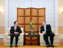 程永華駐日中国大使(左)と崔世安マカオ行政長官(右)=4月20日、マカオ政府本部(写真:行政長官辦公室)