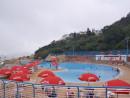 マカオの公営プールは政府部門の厳格な管理の下に運営される一方、私営プールに対する安全管理対策には改善すべき点が多いという。写真は複数のライフセーバーを設置するマカオ・コロアン島にある公営プール(資料)—本紙撮影