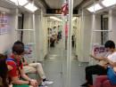 中国・広州地下鉄車内の様子(資料)=2013年6月—本紙撮影