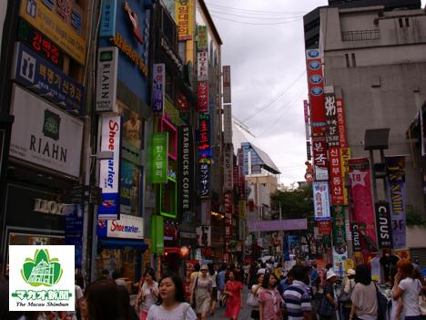 韓国・ソウルの繁華街、明洞(ミョンドン)地区の町並み(資料)=2010年—本紙撮影