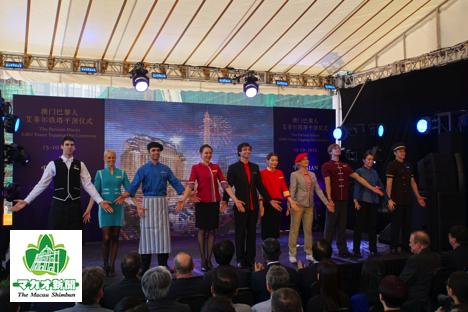 「パリジャンマカオ」エッフェル塔の封頂式で披露されたスタッフのユニフォーム=マカオ・コタイ地区、10月15日ー本紙撮影