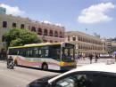黄色と紺色のツートンカラーが目印となる新福利の路線バス(資料)=セナド広場前にて