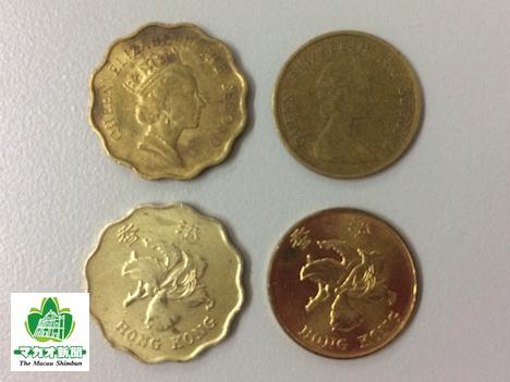 香港の硬貨。上がエリザベス女王の肖像が使用された旧デザイン、下が1993年以降の新デザイン(いずれも左が20セント、右が10セント)—本紙撮影