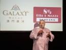 「オット・エ・メッツォ・ボンバーナ」マカオ店のグランドオープニングセレモニーでスピーチを行うシェフのウンべルト・ボンバーナ氏=10月15日(写真:Galaxy Macau)
