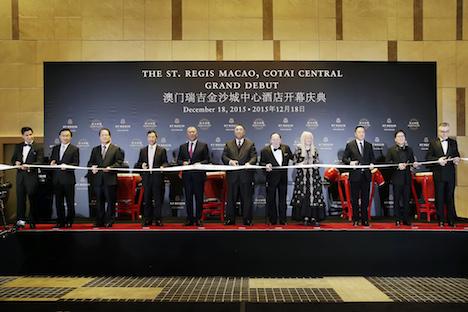 セントレジスマカオ開幕セレモニー。写真中央がフェルナンド・チュイ(崔世安)マカオ行政長官、その右隣がラスベガスサンズグループのシェルドン・アデルソン会長=12月18日(写真:GCS)