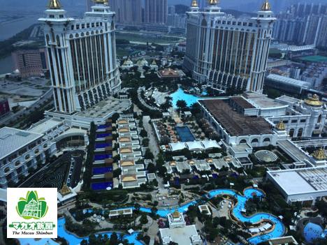 ザ・リッツ・カールトン・マカオ51階からギャラクシーマカオ全体を俯瞰。屋上に広がるのは大型プール施設のグランドリゾートデッキ-本紙撮影