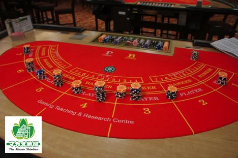 カジノチップとバカラのゲーミングテーブルのイメージ(資料)—本紙撮影