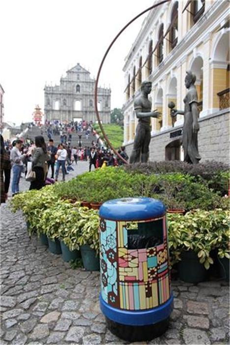 世界遺産イエズス会記念広場に設置された新デザインのゴミ箱(写真:IACM)