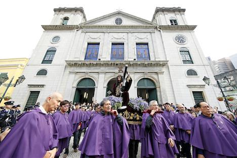 カテドラルを出発する「パッソス聖体行列」一行=2月14日、マカオ(写真:GCS)
