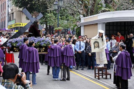 多くの観光客や市民らが見守る中で行われた「パッソス聖体行列」=2月14日、マカオ(写真:GCS)