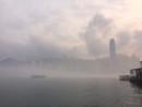 霧に覆われた香港のヴィクトリアハーバー(資料)=2016年3月—本紙撮影