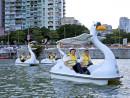ペダルボートに試乗するマカオ政府社会文化庁の譚俊榮(アレクシス・タム)長官(右から2人目)らVIPゲスト=6月3日、南灣湖(写真:GCS)