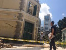 天井崩落事故翌日の現場を視察に訪れたICMの呉衛鳴局長=5月30日、聖オーガスチン教会(写真:ICM)