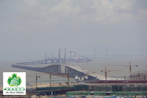 建設中の港珠澳大橋。手前がマカオ側イミグレーション施設群の建つ人工島(資料)=2016年7月-本紙撮影