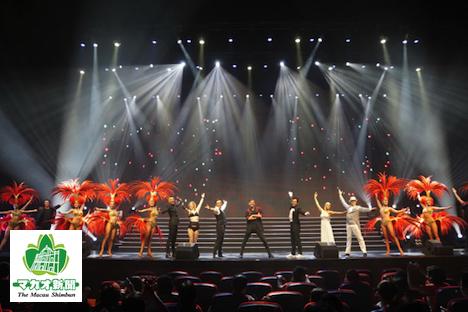 客席数3000席のブロードウェイシアターで毎日上演される華やかなショー「VIVA La Broadway」の1シーン-本紙撮影
