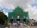 除草作業のため全壁背面部に設置された足場(写真:ICM)