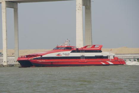 香港とマカオ結ぶ高速船ターボジェットが漁船と衝突=1人軽傷