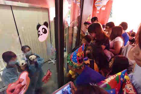 双子の赤ちゃんパンダと対面する地元の子供たち=8月24日、マカオジャイアントパンダパビリオン(写真:IACM)