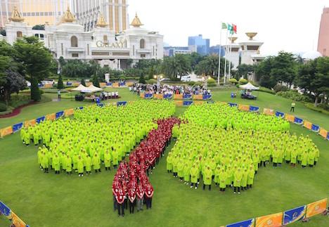 マカオで新ギネス記録…1千人参加による人文字「四つ葉のクローバー」=カジノIR運営大手GEGのスタッフらが挑戦